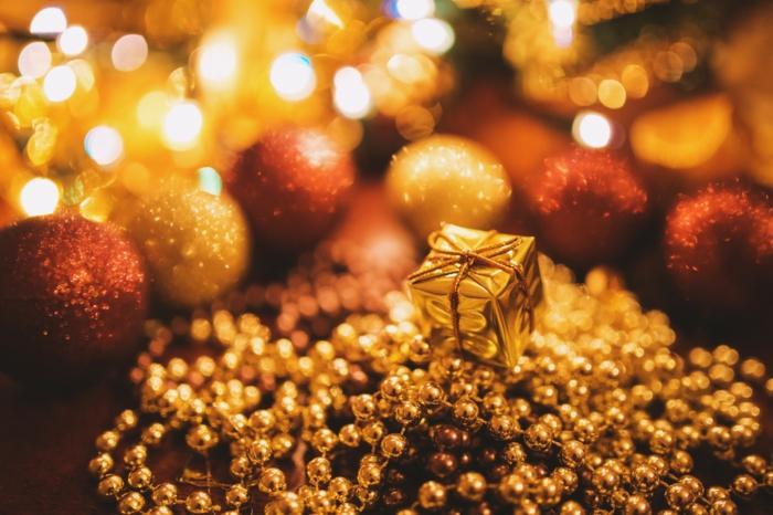 imagines navideñas con mucho brillo, adornos navideños en dorado y rojo brilante, bonitas fotos de Navidad