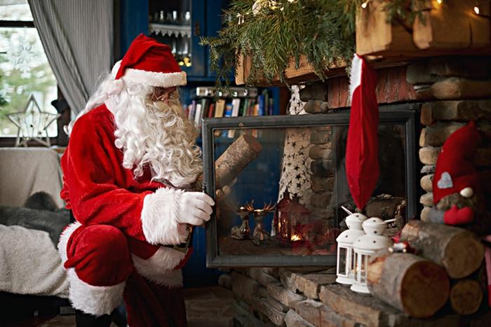 tiernas imagines navideñas con Papá Noel, salón decorado para Navidad con chimenea de leña