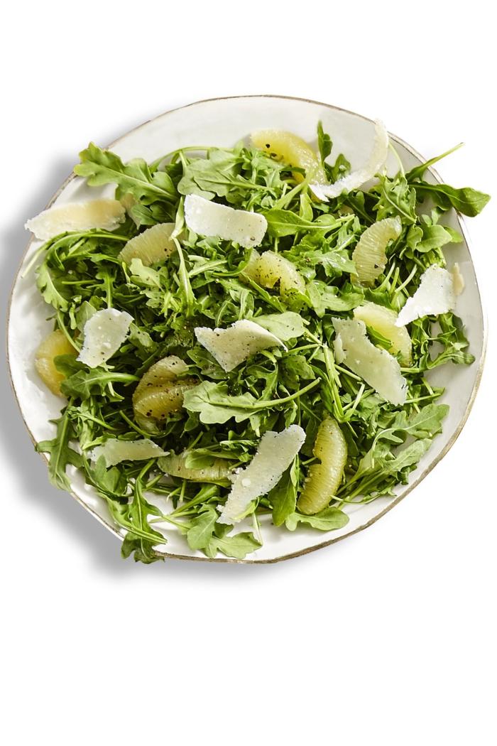 ensaladas verdes super ricas con rúcola, queso duro rallado y lima, recetas ensaladas originales para Nochevieja y Navidad
