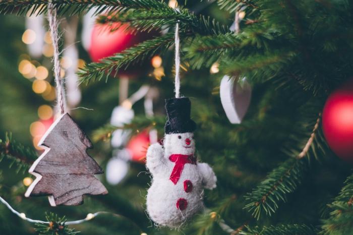 árbol navideño decorado en estilo minimalista con pequeños adornos, imagines navideñas