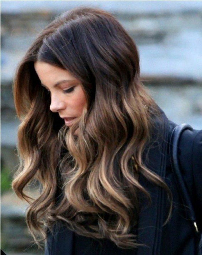 pelo castaño oscuro con mechas claras, ideas de mechas balayage en imagines
