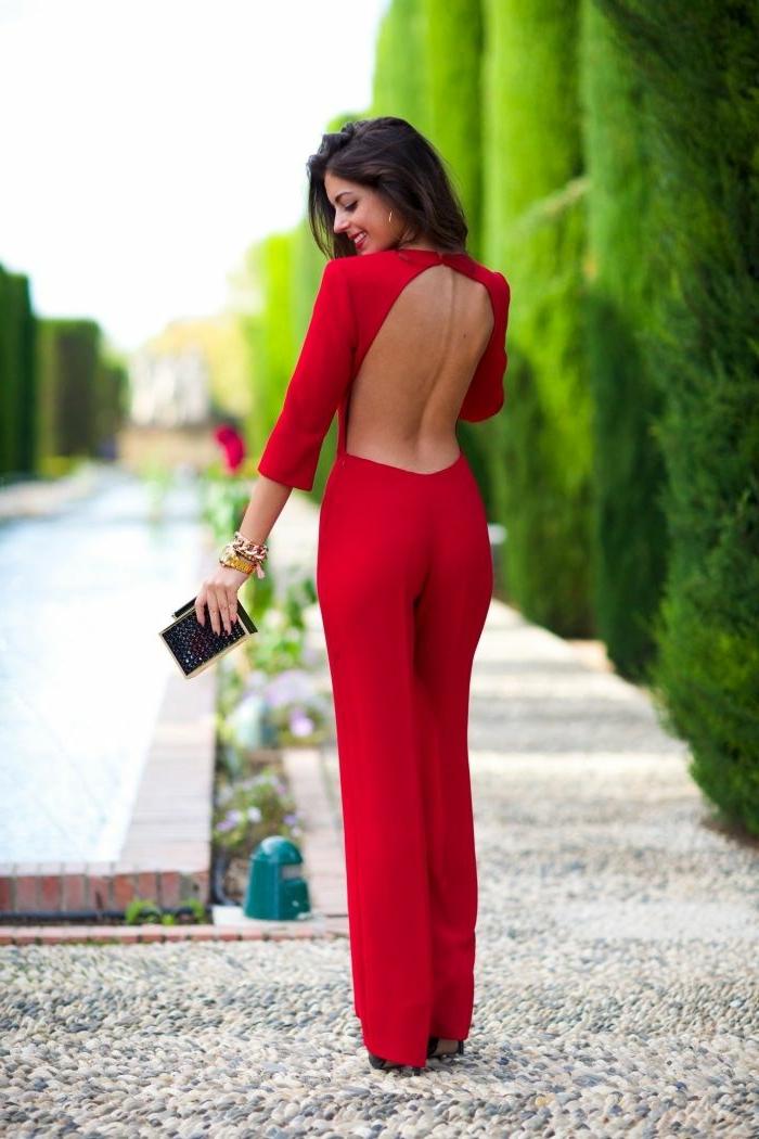 ejemplos de monos de vestir en colores modernos y cortes originales, diseño en rojo brillante espalda descubierta