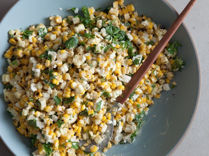 trozos de pollo picado, maíz, perejil y vinagreta, recetas ensaladas fáciles, rápidas y nutritivas