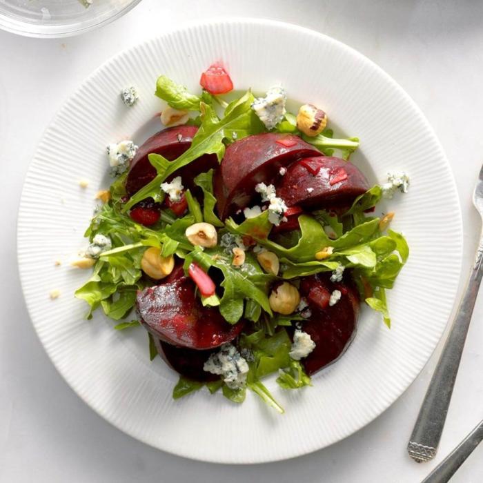 rica combinación de remolacha cocida, rúcola, almendras y queso azul, ensaladas faciles paso a paso