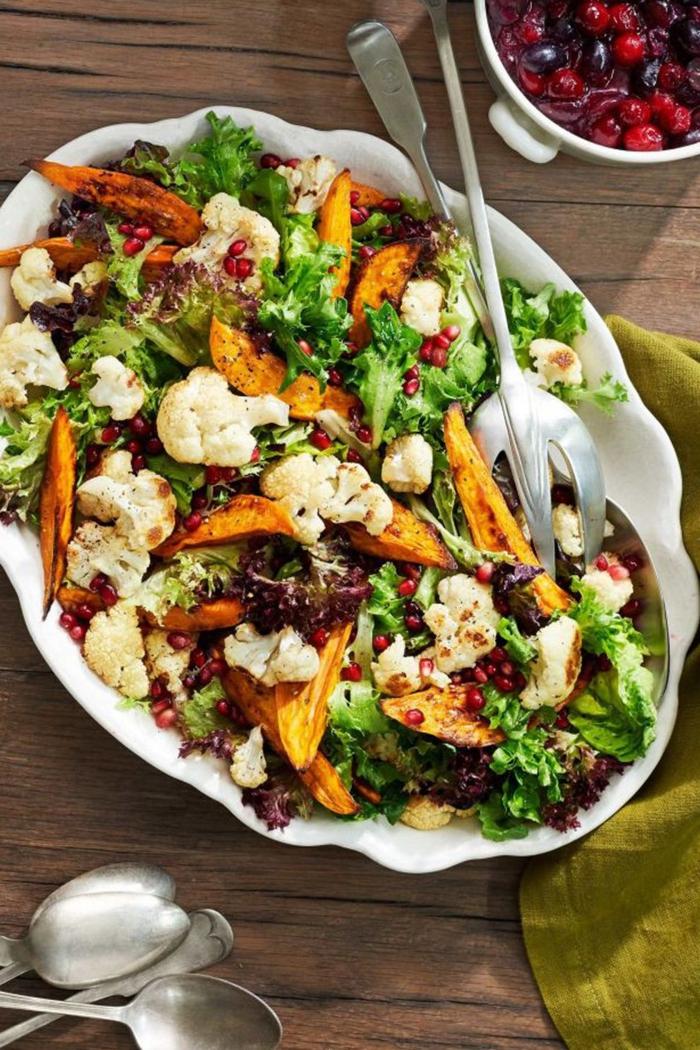 plato grande con ensalada de coliflor, batatas, verduras y granada, ideas de ensaladas faciles