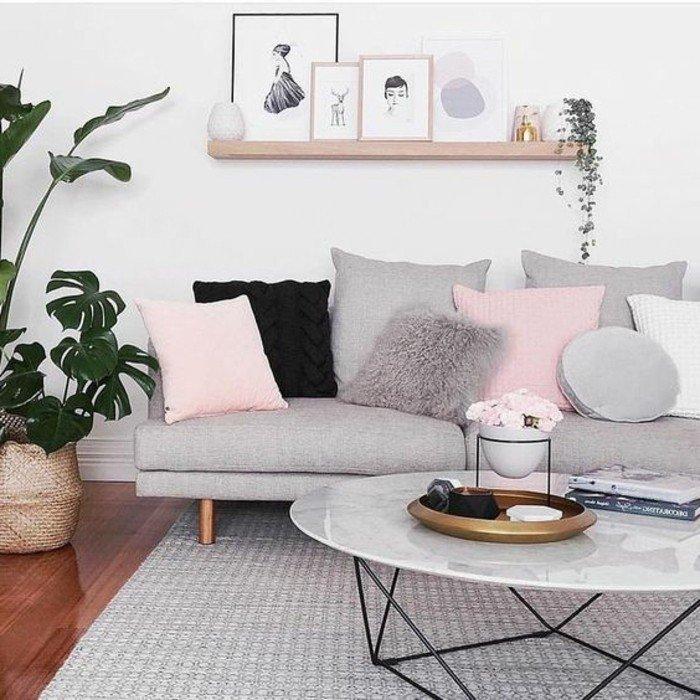 habitacion gris y blanca con detalles en tonos pastel, cojines en gris y rosado y plantas verdes