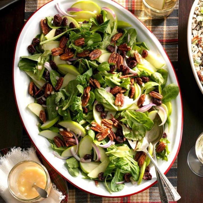 grande ensalada con espinacas, manzanas verdes, cebolla roja, sals casera, ideas de ensaladas para cenar