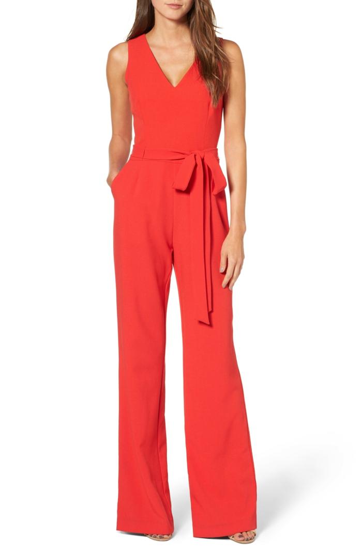 ideas de monos largos para fiestas, precioso diseño en rojo brillante con escote en V y moño en la cintura