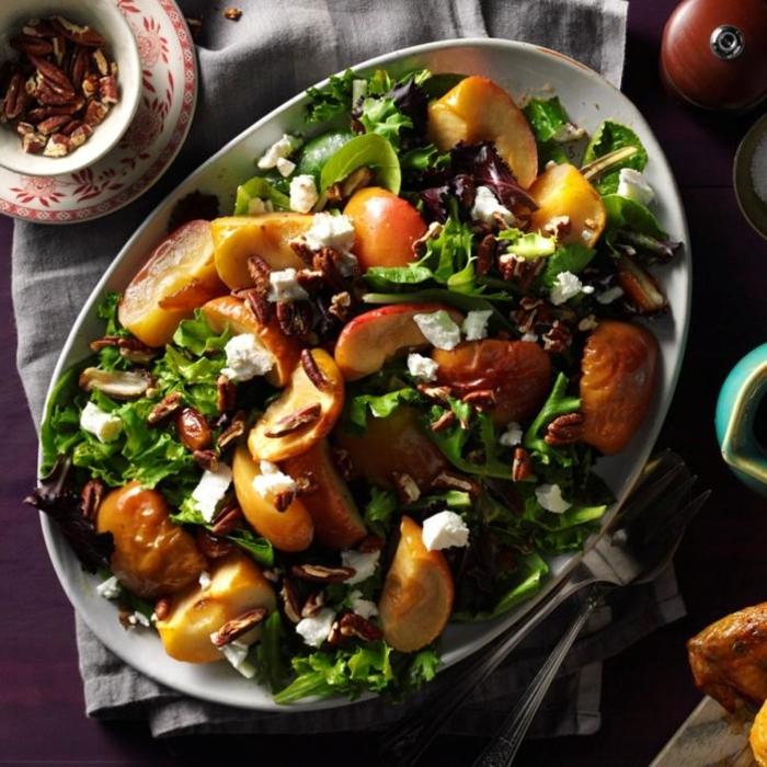 ensalada con manzanas cocinas, lechuga verde, nueces pecanas, trozos de queso blanco, ensaladas para cenar