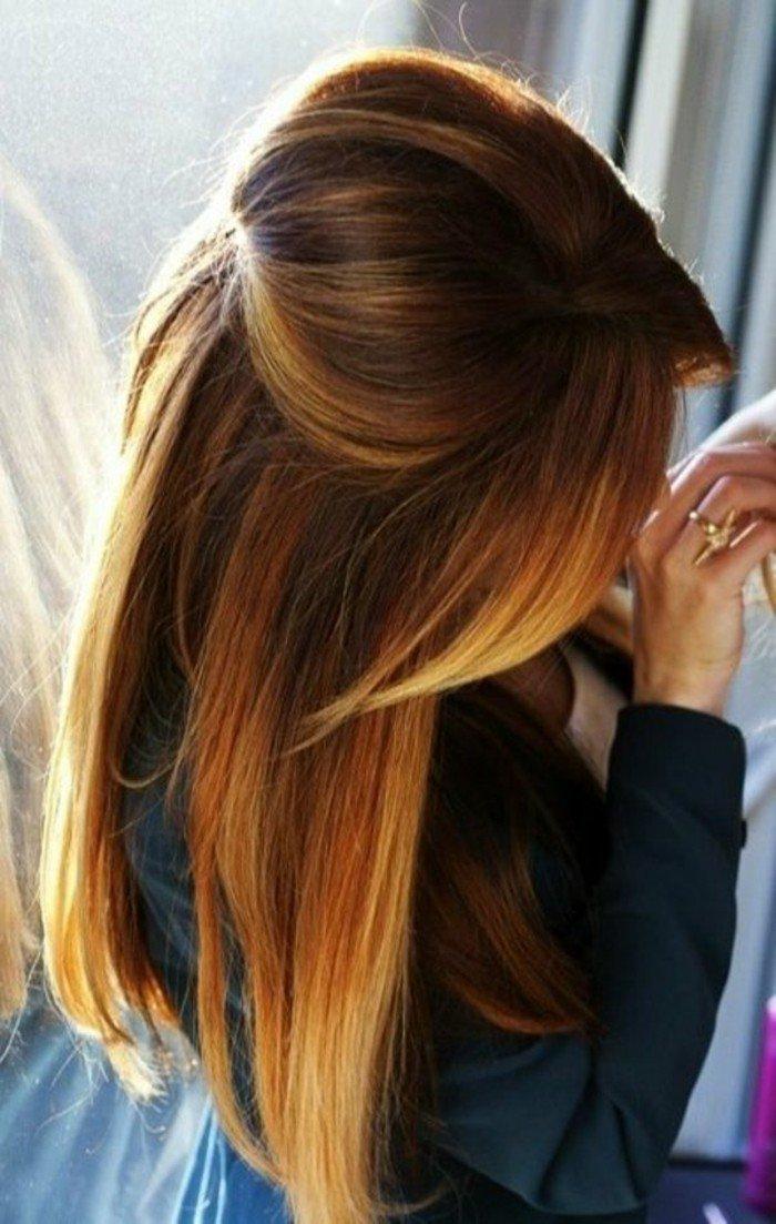 últimas tendencias en mechas para morenas, larga melena en color castaño con reflejos rubios