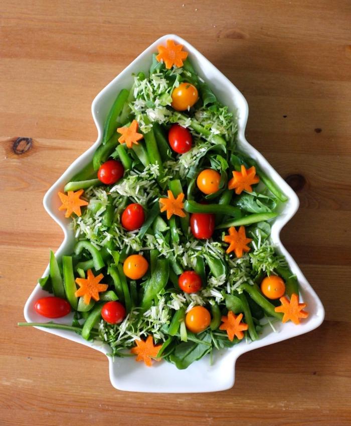plato original en forma de árbol navideño, ideas de ensaladas para cenar, ensalada de judías verdes, tomates y zanahorias