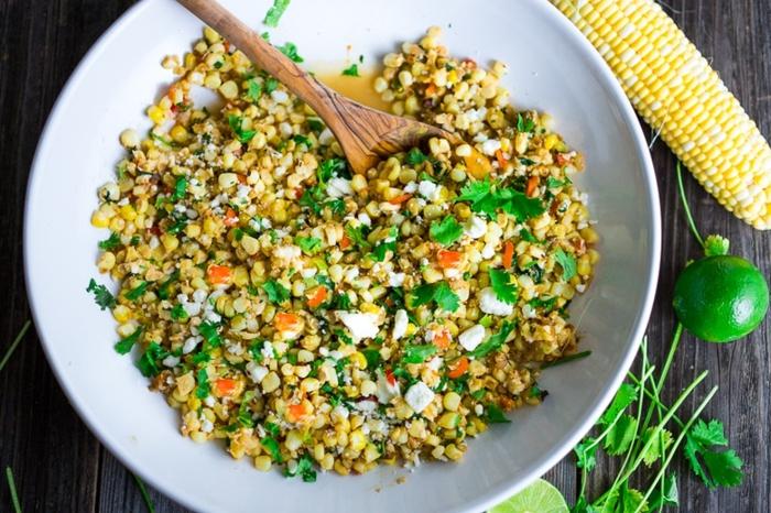 ensalada nutritiva y saludable, de pollo, maíz, lima y perejil, ideas de ensaladas para cenar en fotos