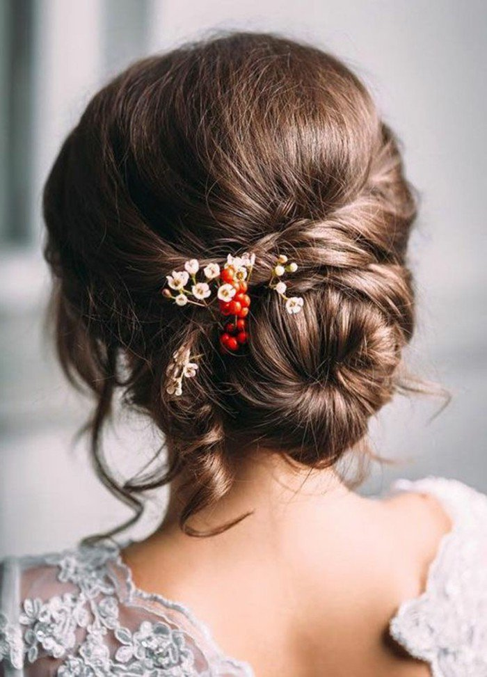 precioso recogido en moño bajo, ideas de peinados para bodas, mechas para morenas