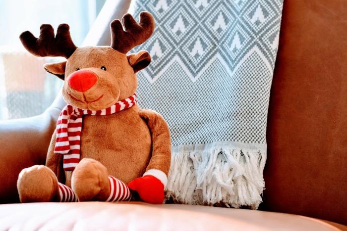 juguetes navideños para los niños, bonito reno con bufanda en blanco y negro, imagines de navidad gratis para descargar
