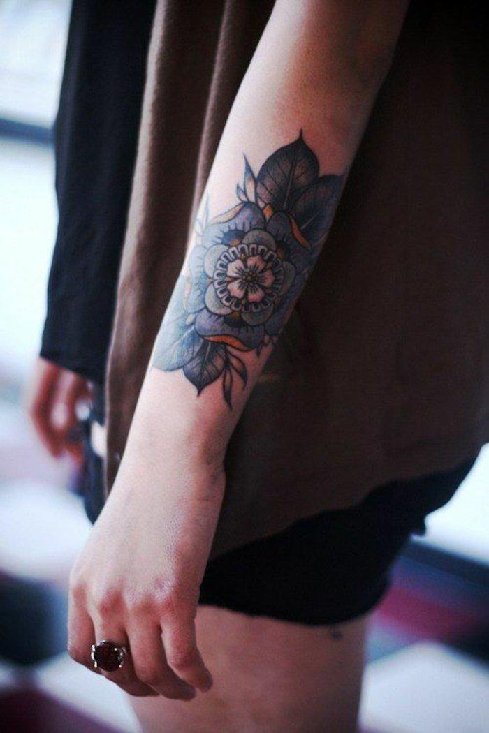precioso diseño de flor de loto tatuaje, tatuaje en azul y naranja en el antebrazo, fotos de tatoos