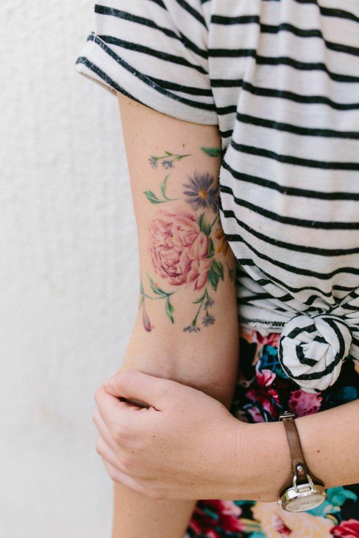 imagenes de tattoos peonias con significado de las flores, precioso tatuaje en el brazo con flores