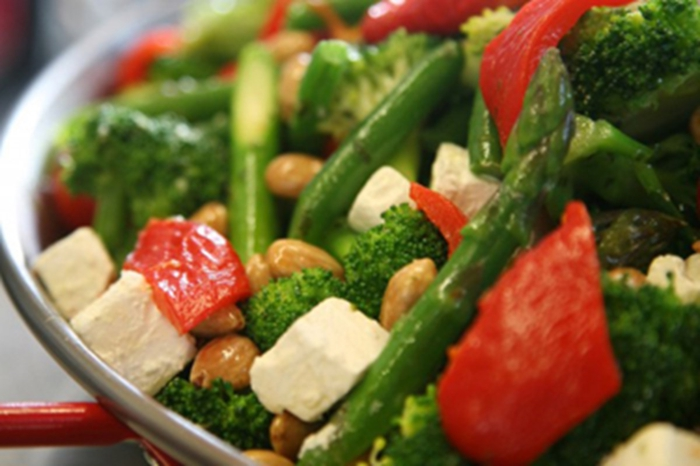 propuestas de recetas originales de ensaladas para cenar, pimientas rojas a la plancha, queso blanco, brocoli, espárragos