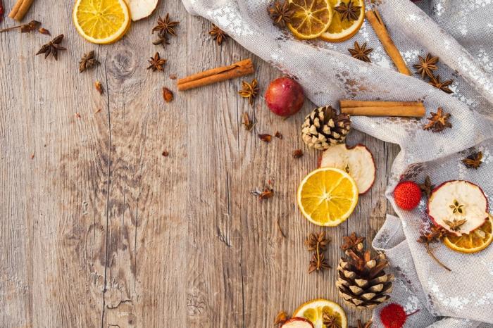 adorables imagines para Navidad con motivos navideños, naranjas, manzanas, piñas, palos de canela