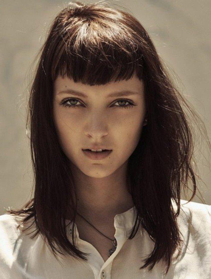 ejemplos de peinados pelo color chocolate, media melena con flequillo asimétrico