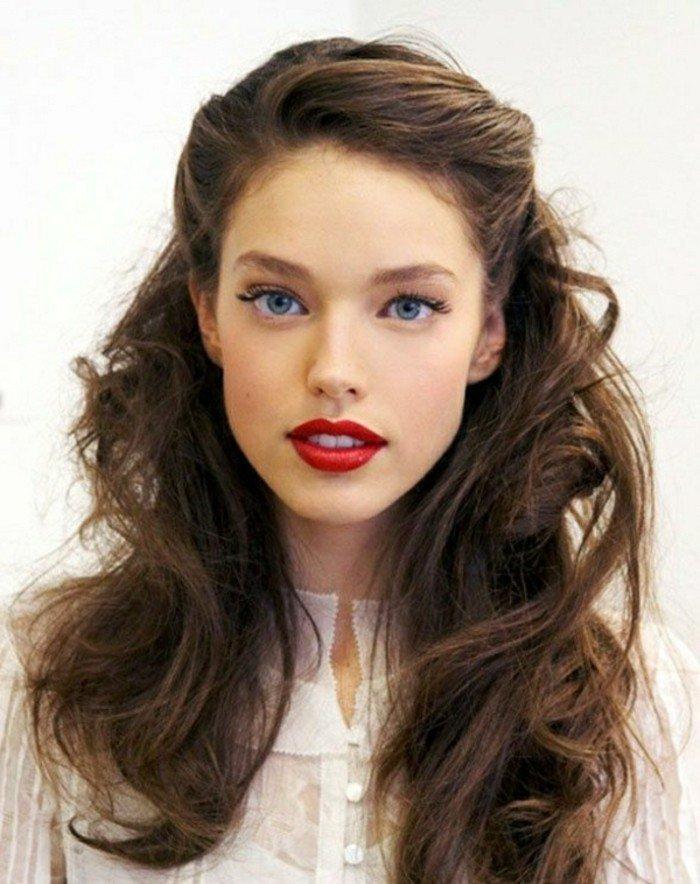 pelo color chocolate con reflejos en el pelo claros, bonito semirecogido pelo ondulado