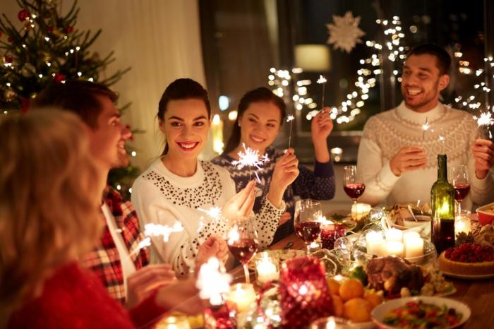 imagines de navidad gratis para descargar y despertar el espíritu de navidad, gente joven reunida en Navidad