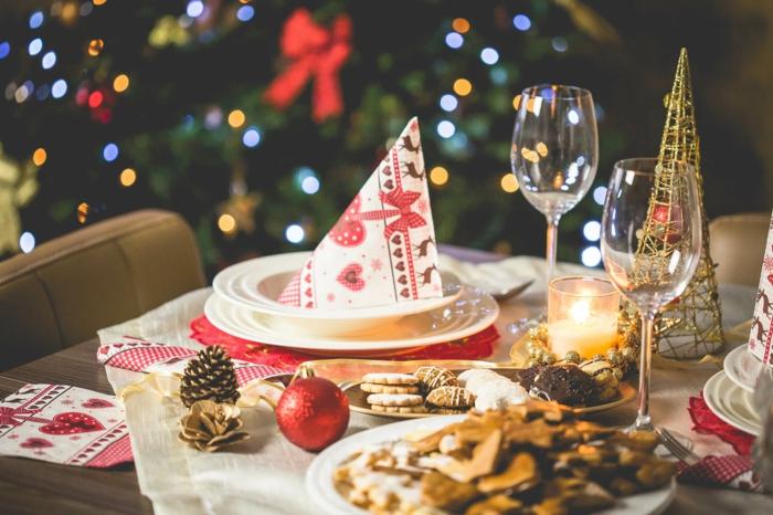 cena de navidad tradicional, servilletas decoradas, galletas navideñas, imagines de navidad