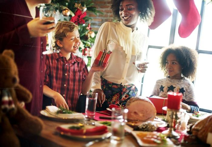 bonitas fotos que puedes descargar como felicitacion de navidad, amigos en una cena de navidad bebiendo y comiendo