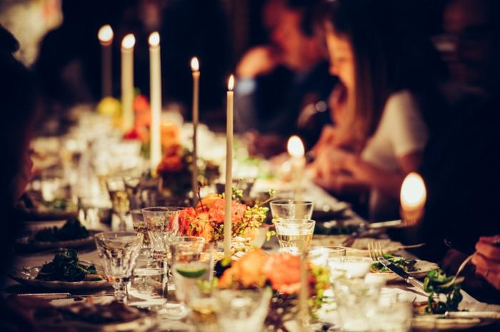 cena de navidad tradicional con velas encendidas, felicitacion de navidad para un amigo