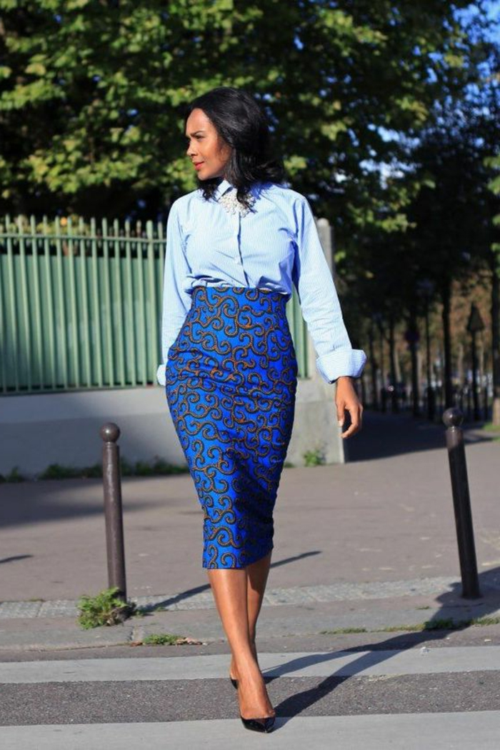 outfit moderno inspirado en la tradición africana, falda pitillo en color azul turquesa con ornamentos y camisa en azul claro