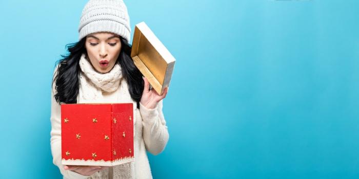 mujer abriendo su regalo, imagines de navidad bonitas, paisajes de navidad y fotos para descargar