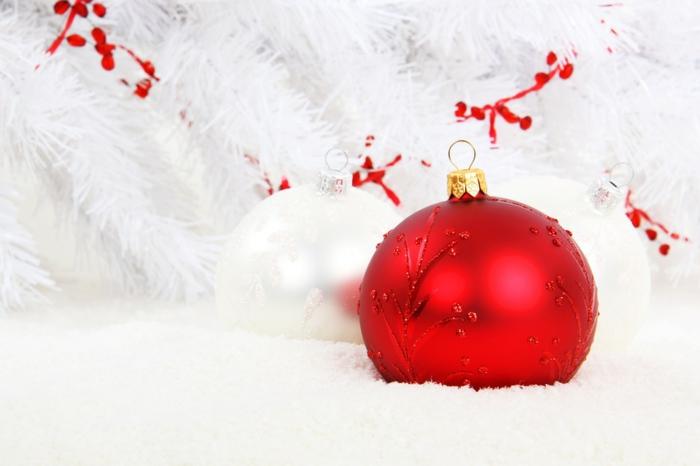 tarjetas de navidad originales con adornos navideño, bonita foto en blanco y rojo con bola de navida