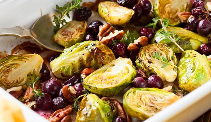 col de bruselas cocina con frutas y especias, romero, ideas de recetas de ensaladas originales