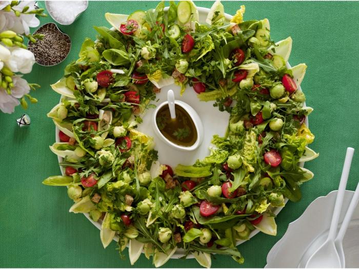 ensalada de mini lechugas verdes, col de bruselas y tomates cherry, recetas de ensaladas originales
