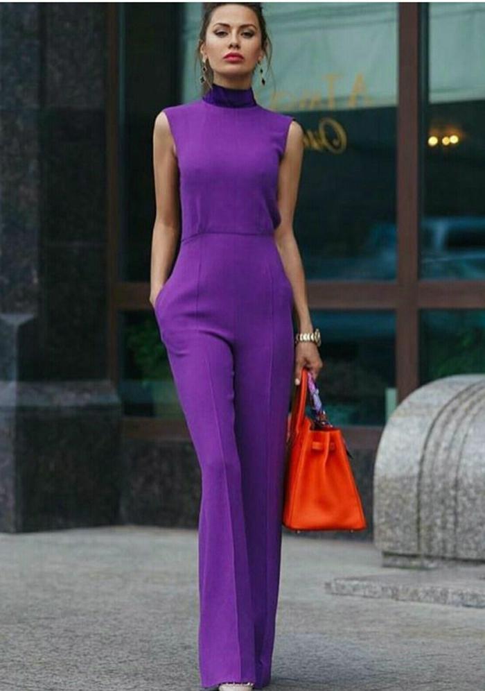 monos para bodas elegantes en bonitos colores, mono en color violeta sin mangas y bolso en naranja