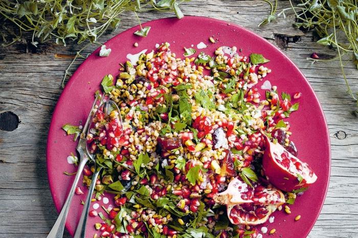 recetas de ensaladas originales navideñas con granada, perejil y quinoa, platos ricos fotos
