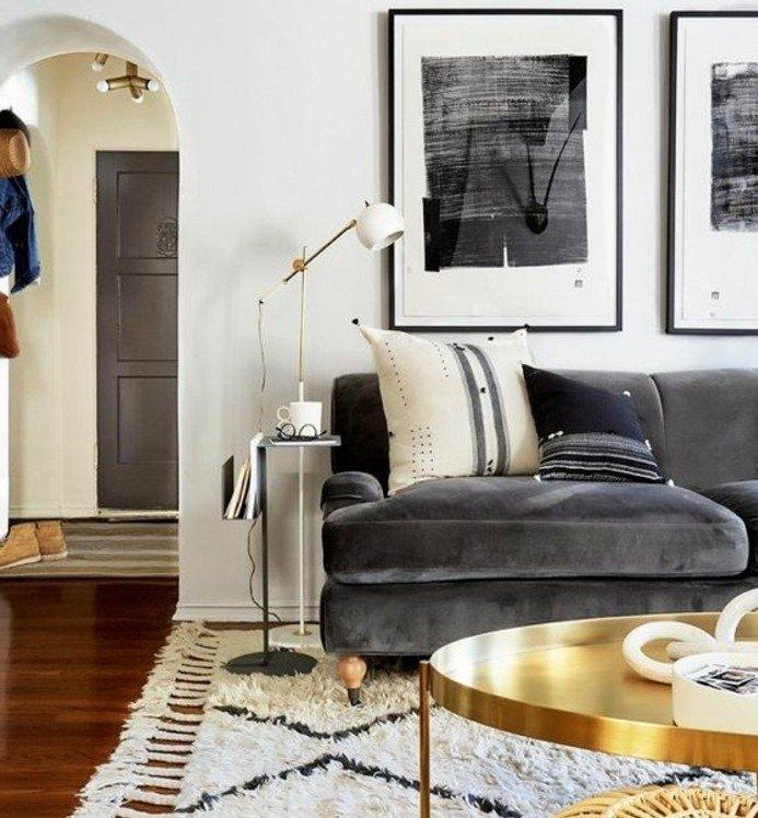 salón moderno decorado en blanco y gris con muebles en dorado, habitación gris y blanca