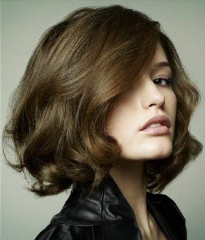 mechas rubias en cabello castaño oscuro, corte de pelo bob corto con rizos