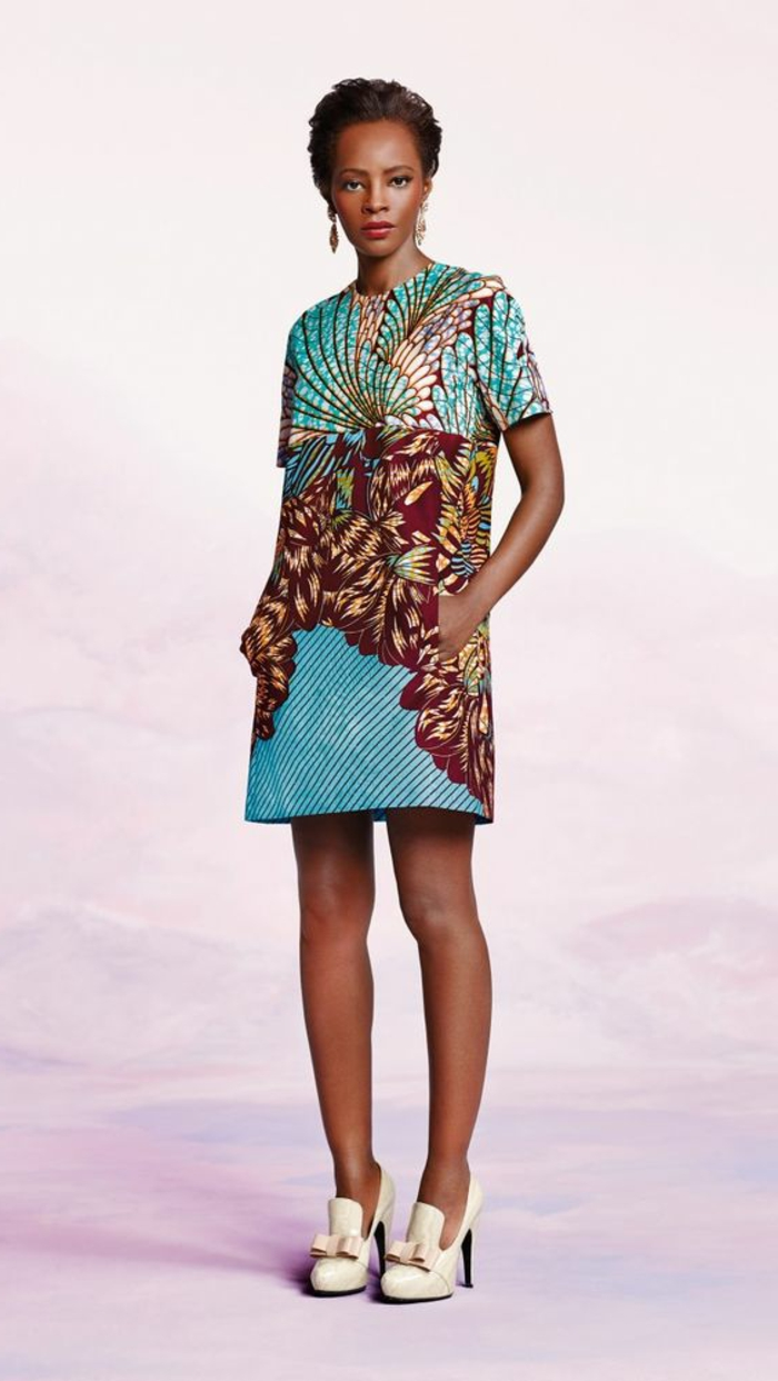vestido corto de diseño moderno y estampados etno, preciosa combinación de azul y rojo