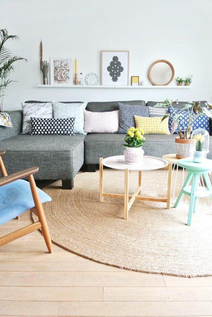 salón acogedor decorado en gris, beige y tonos pastel, salones pequeños decorados según las últimas tendencias