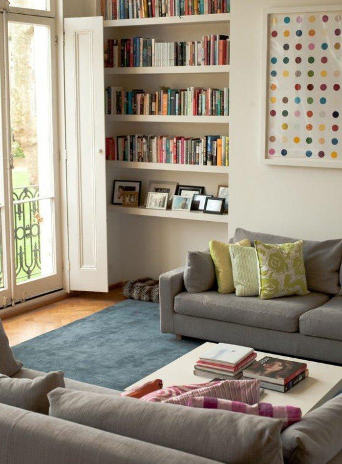 salones pequeños decorados con mucho encanto, paredes en blanco, sofás en beige y alfombra azul