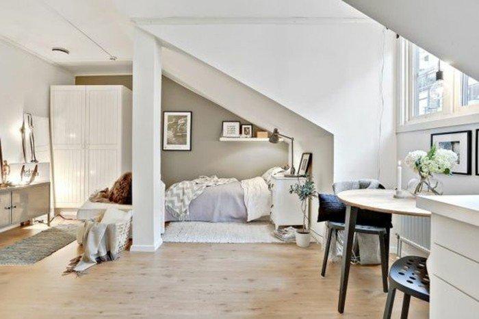 fotos de salones pequeños, espacio abuhardillado decorado en tonos claros con suelo de parquet y paredes blancas,