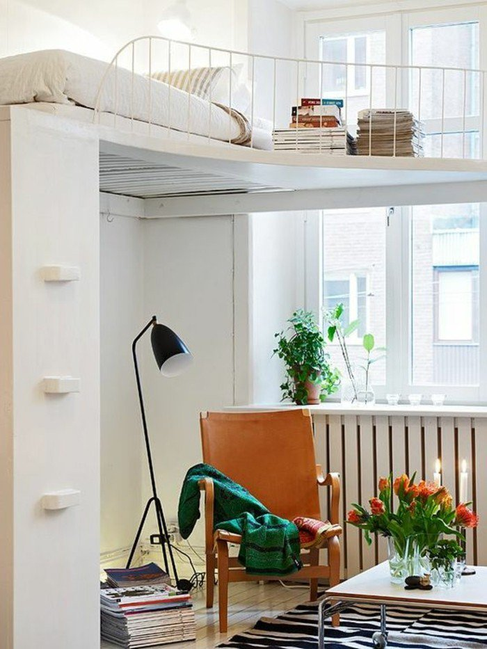 maravillosos ejemplos de decoración de salones pequeños, sillon de madera, cama en la segunda planta