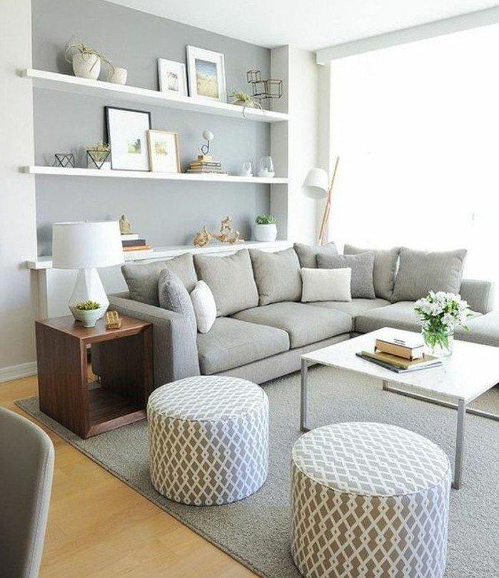 salón minimalista decorado en grisy blanco, taburetes estampadas, cuadros en la pared