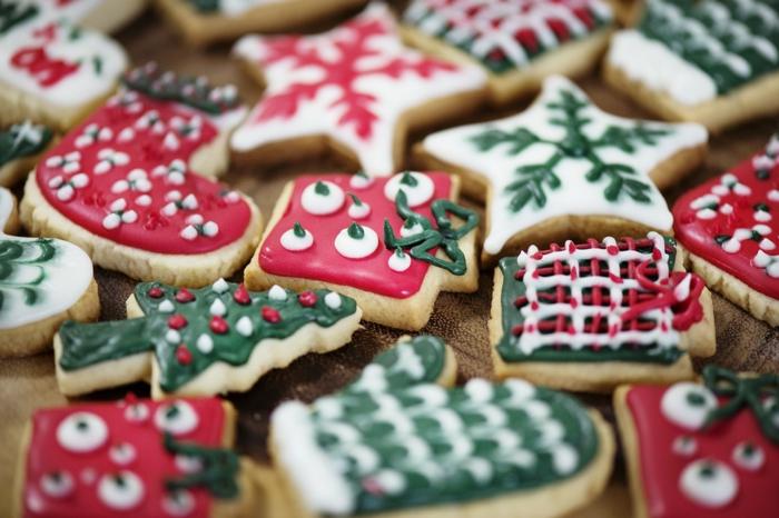 tarjetas de navidad originales con dulces, galletas navideñas de mantequilla decoradas con glaseado