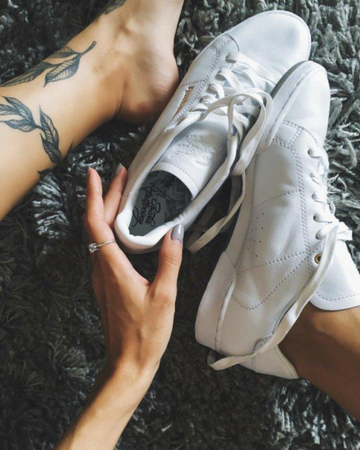 precioso tatuaje con motivos botánicos en la pierna, tatuaje flor moderno y original en negro