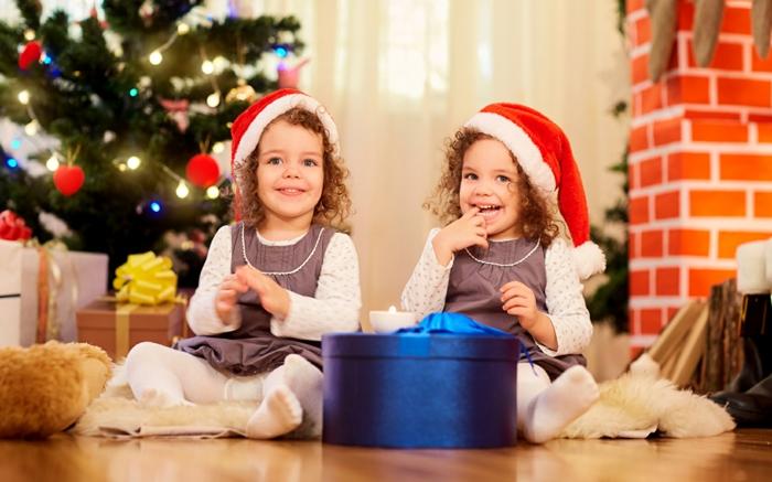 dos gemelas con gorras de papa noel, adorbles fotos para usar como tarjetas de navidad originales