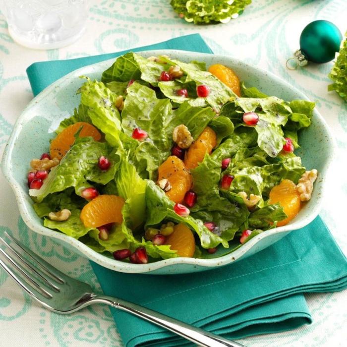 ensalada de lechuga con trozos de naranja, granada y nueces, recetas navideñas sencillas y originales