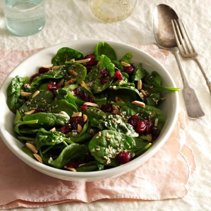 ensaladas para cenar en Navidad saludables, espinacas, semillas, nueces y frutas secas