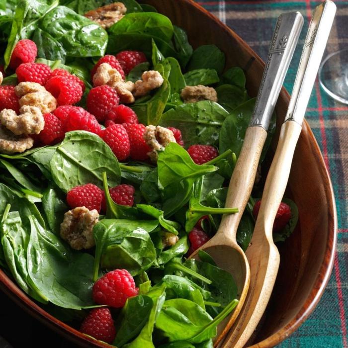 ensaladas saludables con frutas y verduras, ensalada con espinacas, nueces y frambuesas frescas