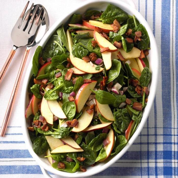 propuestas de ensaladas saludables para hacer en Navidad, ensalada con manzanas, albahacas y cebolla